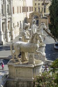 Вид на статуи Диоскуров от базилики Санта Мария ин Арачели