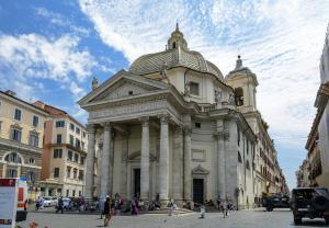 Пьяцца дель Пополо. Церковь Санта Мария дель Монте Санто